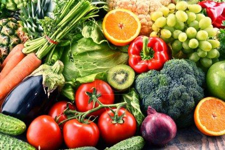 Photo pour Composition avec divers légumes et fruits biologiques crus. Régime de désintoxication - image libre de droit