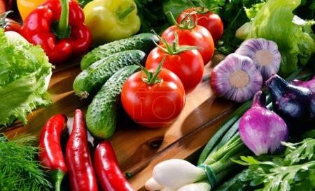 Photo pour Composition avec variété de fruits et légumes frais biologiques . - image libre de droit