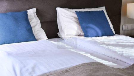 Photo pour Lit double en chambre d'hôtel. Hébergement. - image libre de droit