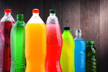 Photo pour Bouteilles en plastique de boissons gazeuses assorties dans une variété de couleurs - image libre de droit