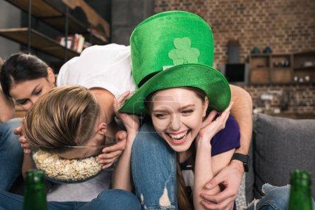 Photo pour Jeunes amis s'amuser pendant la célébration de la journée st patricks - image libre de droit