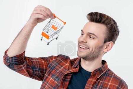 Photo pour Portrait d'homme souriant regardant le modèle de panier isolé sur blanc - image libre de droit