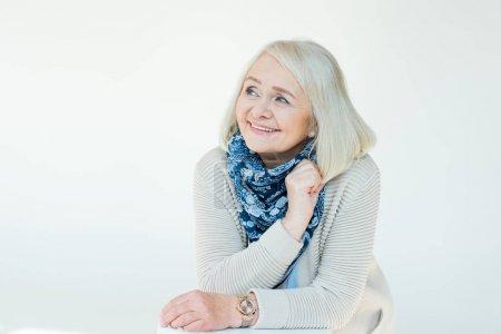 Photo pour Portrait d'une femme senior souriante sur blanc - image libre de droit