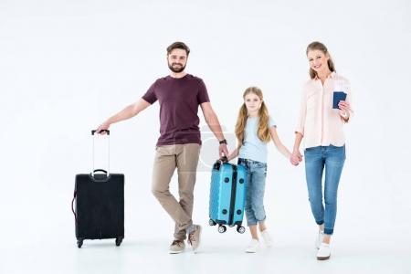 Photo pour Jeune famille avec les passeports, les billets et les sacs de voyage sur blanc - image libre de droit