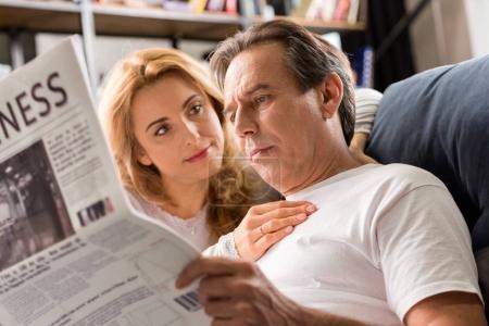 heureux couple d'âge moyen
