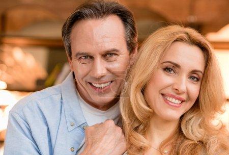Photo pour Gros plan portrait de beau couple d'âge mûr heureux regardant la caméra - image libre de droit