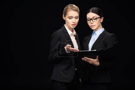 Photo pour Gens d'affaires connectant et tenant presse-papiers, travail d'équipe d'affaires isolé sur noir - image libre de droit