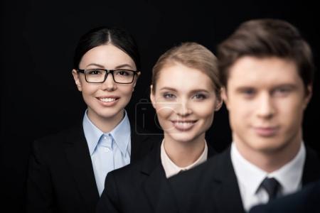 Photo pour Groupe de gens d'affaires en ligne isolée sur fond noir - image libre de droit