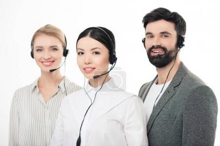 Photo pour Portrait de sourire des opérateurs de centre d'appels de casques d'écoute isolés sur blanc - image libre de droit