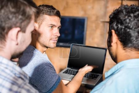 Photo pour Jeunes professionnels travaillant sur un nouveau projet d'entreprise avec ordinateur portable dans un bureau de petite entreprise - image libre de droit