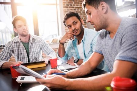 Photo pour Groupe de jeunes professionnels travaillant sur un nouveau projet d'entreprise - image libre de droit