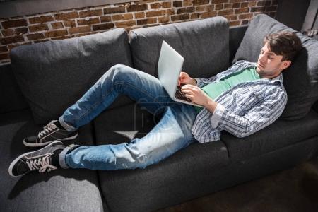 Mann benutzt Laptop