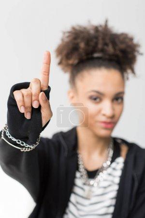 Photo pour Portrait de fille afro-américaine pointant vers le haut gris isolés sur - image libre de droit