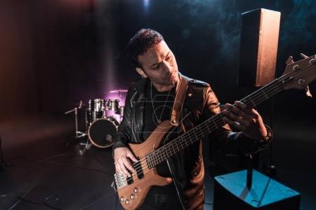 Photo pour Guitare électrique jouant de la musique hard rock avec guitare basse sur scène - image libre de droit