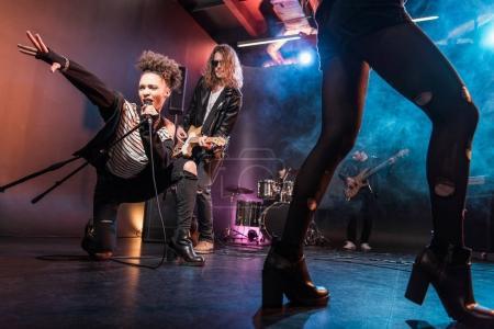 Photo pour Jeune groupe de rock and roll multiethnique en concert sur scène - image libre de droit
