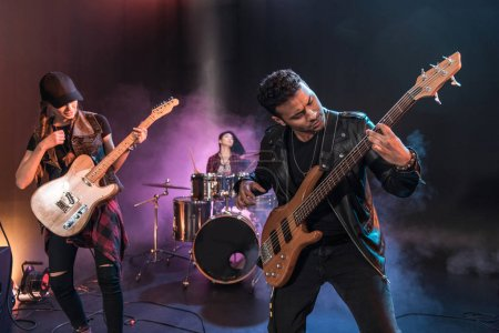 Photo pour Groupe de rock avec guitares électriques, jouant la musique hard rock en concert - image libre de droit