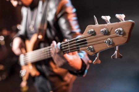 Photo pour Gros plan vue partielle de rock star jouant de la musique hard rock sur scène - image libre de droit