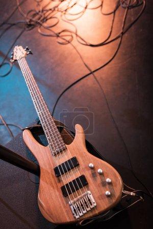 Photo pour Vue rapprochée de la guitare électrique pour concert hard rock sur scène - image libre de droit