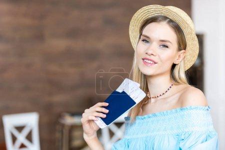 Frau mit Pässen und Tickets