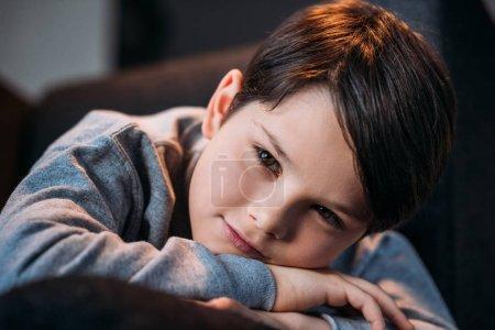 Photo pour Portrait de petit garçon mignon souriant et regardant la caméra à la maison - image libre de droit