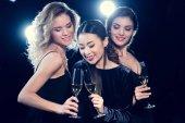 """Постер, картина, фотообои """"Молодые женщины пьют шампанское"""""""