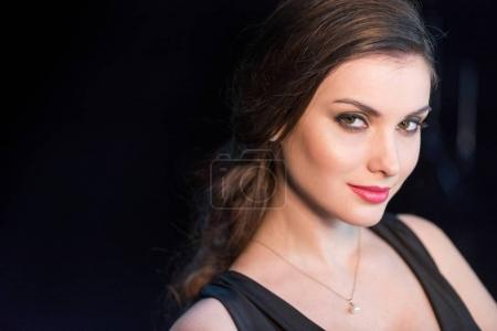 Photo pour Portrait de femme souriante avec un maquillage lumineux regardant la caméra - image libre de droit