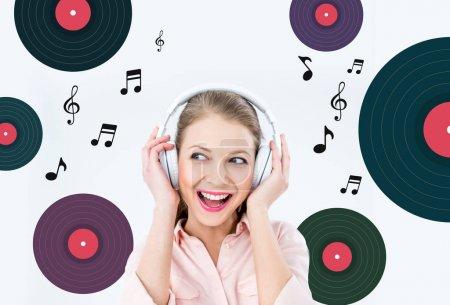 Photo pour Musique écoute jolie femme avec un casque avec des notes de musique et de disques de vinyle sur fond - image libre de droit