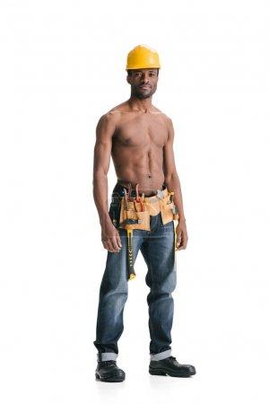 Photo pour Torse nu beau constructeur afro avec ceinture à outils isolé sur blanc - image libre de droit