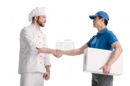 Photo pour Courier asiatique et chef se serrant la main isolé sur blanc - image libre de droit