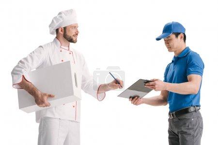 Foto de Chef firma documentos en portapapeles para entrega aislado en blanco - Imagen libre de derechos