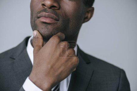 Photo pour Plan recadré de coûteux homme d'affaires afro-américain isolé sur gris - image libre de droit