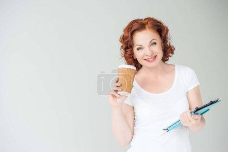 femme avec café et tablette