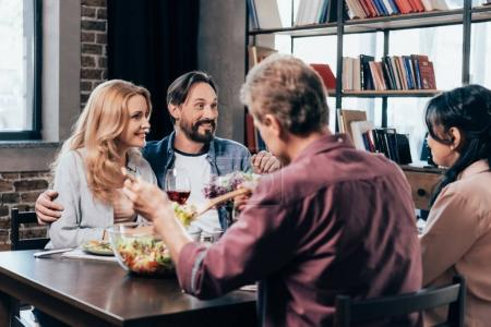 Photo pour Gai mature amis parler tout en ayant dîner ensemble - image libre de droit