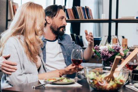 Photo pour Beau couple mature parler tout en dînant ensemble - image libre de droit