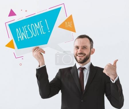 Photo pour Portrait d'homme d'affaires souriant avec une carte avec signe Awesome montrant pouce isolé sur blanc - image libre de droit