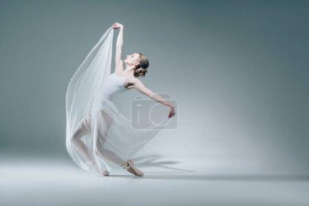 Photo pour Jolie ballerine dansant en robe blanche - image libre de droit