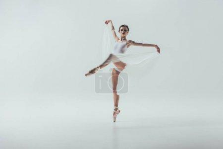 Photo pour Jeune élégante ballerine danse en studio, isolé sur blanc - image libre de droit