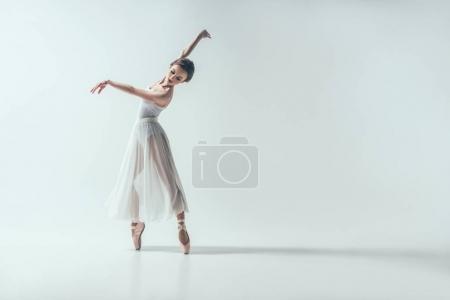 Photo pour Élégante ballerine dansant en studio, isolée sur blanc - image libre de droit