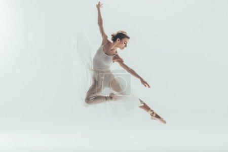 Photo pour Belle danseuse de ballet en robe blanche sautant en studio, isolée sur blanche - image libre de droit