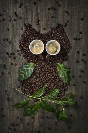 Photo pour Chouette-café de betteraves, feuilles et tasses - image libre de droit