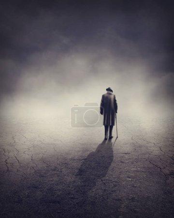 Photo pour Vieil homme passait seul pré - image libre de droit