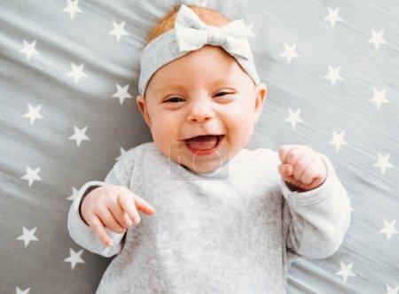 Heureux qui rit bébé fille sur son lit
