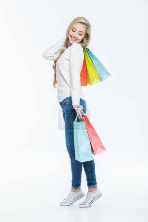 Photo pour Portrait pleine longueur de jeune femme heureuse avec des sacs à provisions colorés isolés sur blanc - image libre de droit