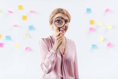 Photo pour Portrait de femme d'affaires avec loupe - image libre de droit