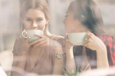 Photo pour Amis passer du temps ensemble sur la pause café dans le café - image libre de droit