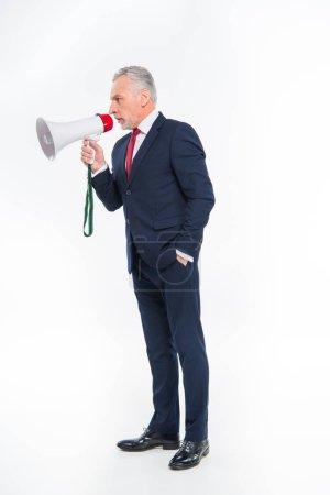 Photo pour Bel homme d'affaires mature criant dans haut-parleur isolé sur blanc - image libre de droit