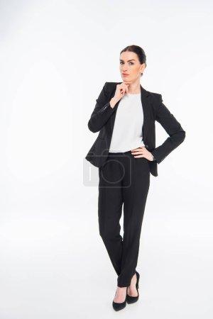Photo pour Belle femme d'affaires avec la main sur le menton en regardant la caméra isolée sur blanc - image libre de droit