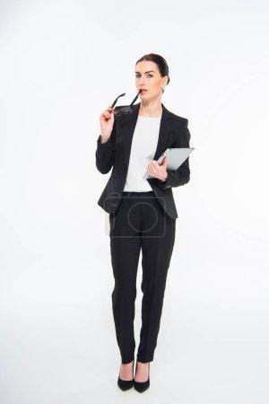 Photo pour Attrayant femme d'affaires tenant tablette numérique et lunettes isolées sur blanc - image libre de droit