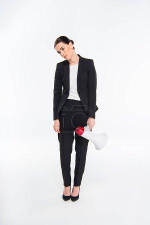 Photo pour Femme d'affaires fatiguée tenant mégaphone isolé sur blanc - image libre de droit