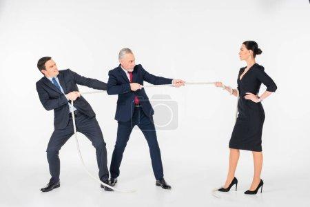 Photo pour Trois hommes d'affaires concentrés tirant la corde isolés sur blanc - image libre de droit